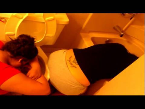 看视频更高清 两个女人喝醉后在卫生间呕吐
