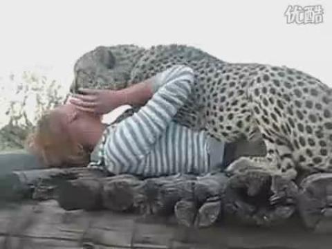美女与野兽亲吻!