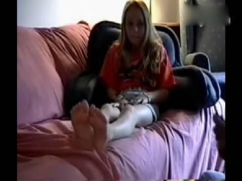 小美女被老爹挠脚心了