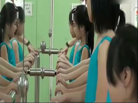 芭蕾美女被动压腿 `
