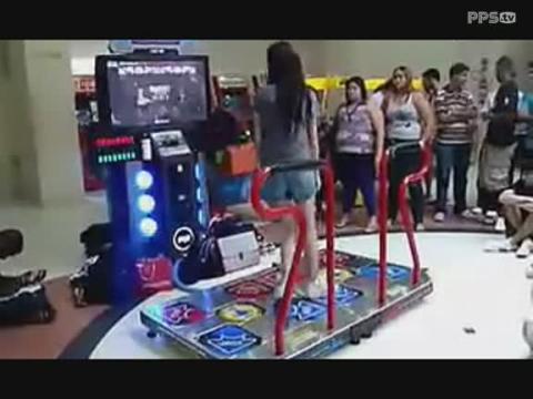 美女跳舞机上玩曳步舞