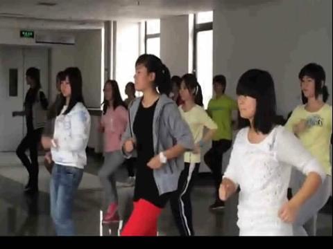 美女中学生健美操课堂