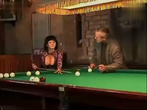美女胸器打桌球 你让男人看哪个球啊