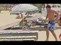 沙滩上的比基尼美女被吓坏