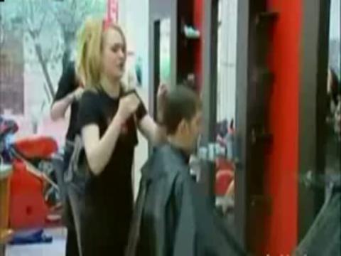 美女美发师恶搞顾客