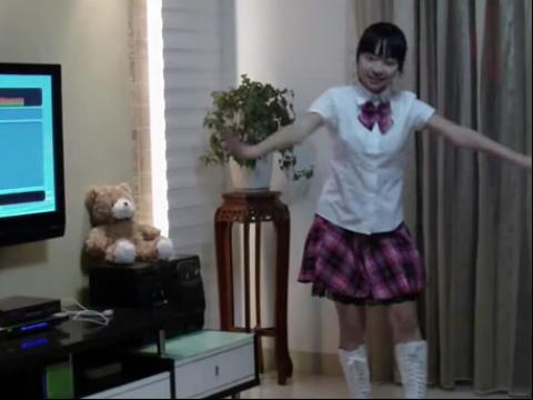 短裙美女中学生在家舞蹈
