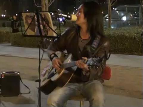 站台 ,鸟巢 流浪歌手 汤华斌(阿龙)(480x360)-流浪歌手吉他弹图片