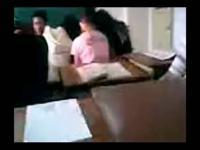 大学美女女生上课看视频被老师抓住