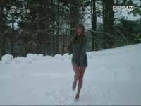 美女寒冷雪地露性感长腿劲舞
