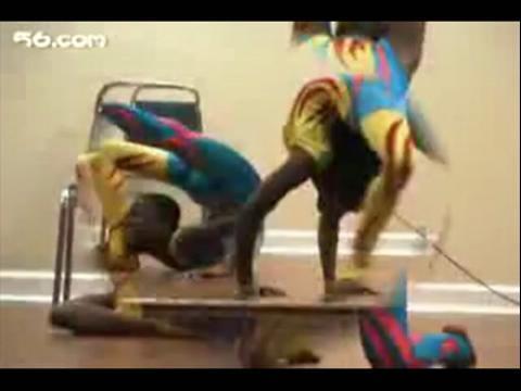 柔术美女视频里面有个小黑孩腰很