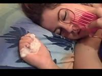 醉酒美女在床上被人恶搞