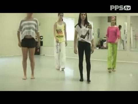 四个美女演示鬼步舞教学