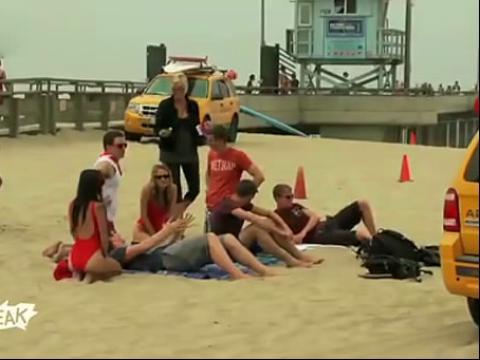 热辣比基尼美女沙滩人工呼吸恶作剧