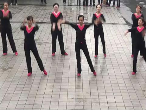 美女广场舞东方红