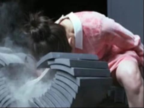 日本空手道美女走红 以头碎瓦震惊网友