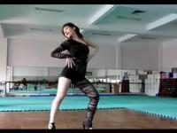 性感美女一只腿穿丝袜的舞蹈诱惑
