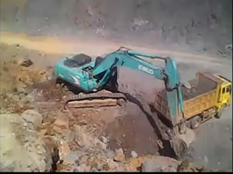 神钢350挖掘机装车 挖掘机表演视频 (480x360)-挖掘机视频表演 挖