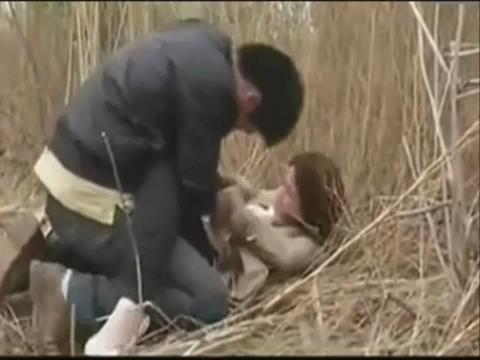 美女看点 野地里男女上演激情
