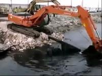 挖掘机打捞船舶螺旋桨视频