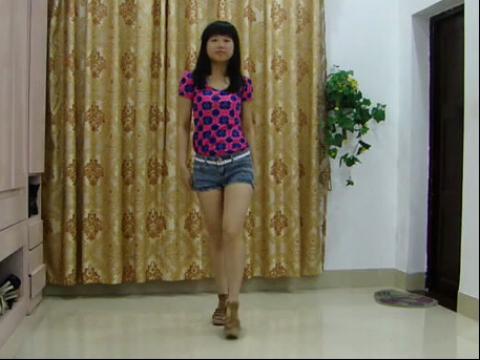 超短裤美女中学生的漂亮舞蹈