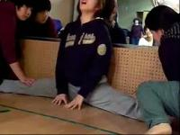 中学美女痛苦的软开度训练被动压腿