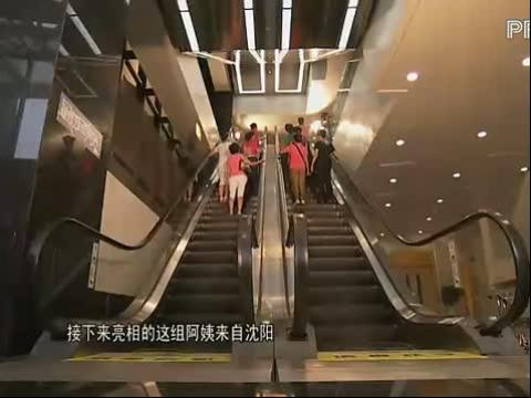 """最炫民族风第一期20121023幽默阿姨大跳""""公鸡下蛋""""舞"""