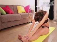 性感巴黎美女在家中做瑜伽
