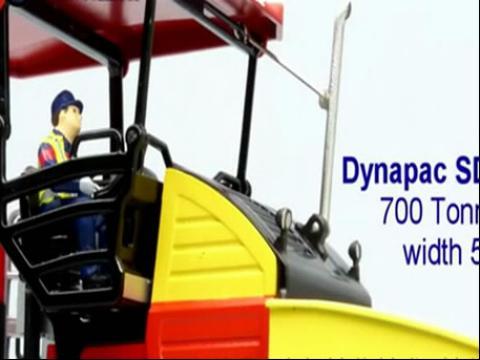 玩具模型大卡车与 ws摊铺机视频表演