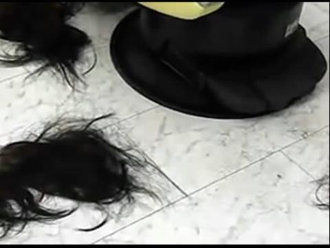 大美女剪发剃光头视频素材_超长发美女剃光头视频_芳飞美女剪发剃