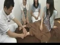 日本美女被挠脚心美女被挠脚心学生妹床上床上学生妹