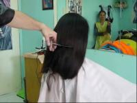 美女理发店 剪长发哭了