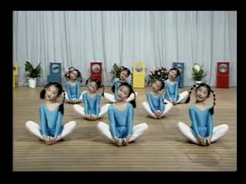 《幼儿舞蹈教学视频》3·压胯组合