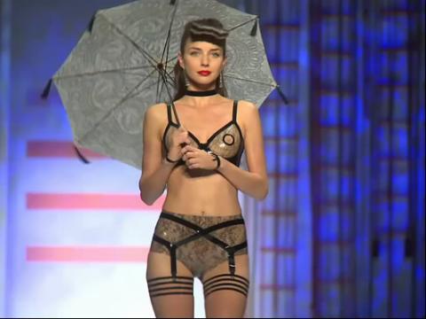 吊带黑丝高清透明情趣美女秀