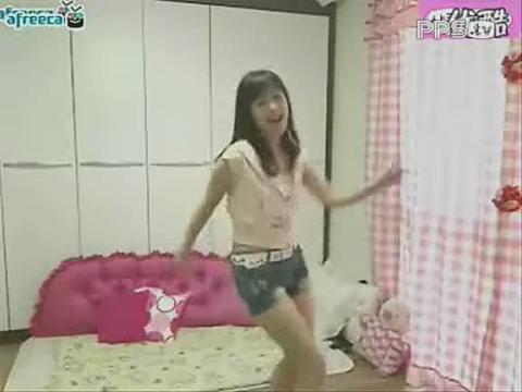 非主流美女在家自拍跳舞