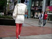 街拍红丝袜白色包臀裙极品美女