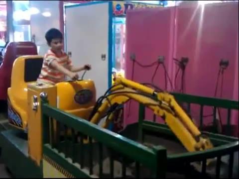 小孩开挖掘机视频,表演