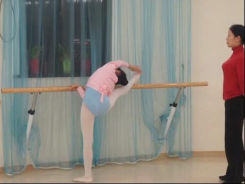 小美女舞蹈训练被动压腿