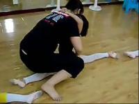 舞蹈小美女被动压腿竖叉