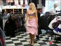 外国美女脱掉衣服钻进洗衣机里