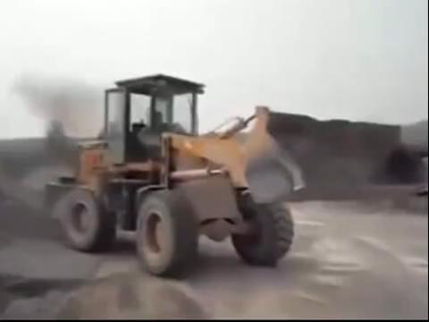 5岁小孩开推土机铲车表演视频