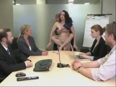 2013年老外搞笑视频笑死人美女裸奔穿老公遮三点