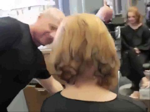 金发美女 长发剪成可爱男生头