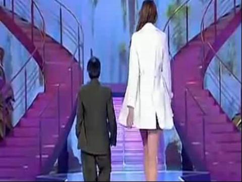 高个美女和矮个男人走秀