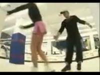 超短裙80后美女溜冰场上走光【美女骑兵】